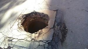 Самарцы ежедневно ходят по минному полю из открытых канализационных люков