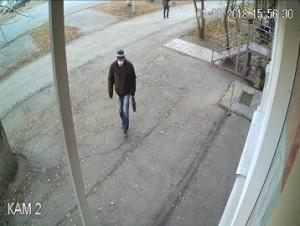 Самарские полицейские разыскивают подозреваемого в нападении на магазин