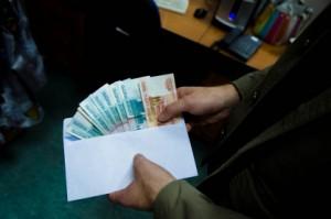 Он получил от представителя ООО взятку в 12 тысяч рублей за не составление административных протоколов за самовольно размещенные торговые объекты.