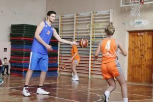 В этой школе когда-то учился тренер клуба Александр Полинкевич, который уже не раз проводил здесь различные мероприятия.