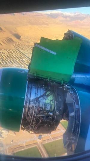 Самолет в США потерял обшивку двигателя во время полета