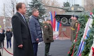 В Перми полномочный представитель Президента РФ Игорь Комаров и почетные гости почтили память павших героев и возложили венки к мемориалу Уральского добровольческого танкового корпуса.