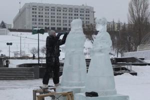 Компанию расписным матрешкам составят традиционные Дед Мороз со Снегурочкой, персонажи русских сказок, а также символ наступающего 2019 года – Свинья.