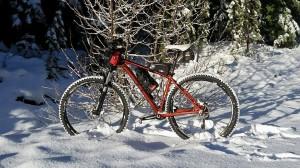 В Магаданской области трое местных жителей спасли замерзающего путешественника из Испании, который планировал добраться на велосипеде из Магадана на озеро Байкал по колымской трассе.