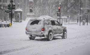 Водителя легкового автомобиля оштрафовали за нечитаемый номер на 5 тысяч рублей. Инспектор ГИБДД оштрафовал водителя и отметил, что подо льдом некоторые цифры на номере были видны неразборчиво.