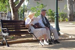 Пенсионеры имеют низкую закредитованность, регулярный доход и исполнительность при оплате.