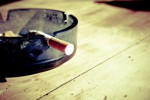 Курильщиков обязали платить соседям за дым в их квартирах Теперь любителям употреблять табачные изделия необходимо будет делать это так, чтобы не мешать соседям.