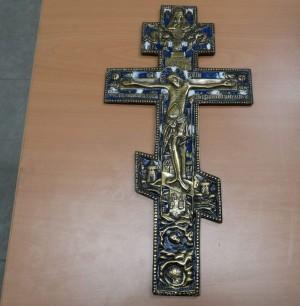 По словам пассажира, перевозившего крест, данный предмет – это семейная реликвия, и о том, что существуют правила вывоза культурных ценностей, пассажир не знал.
