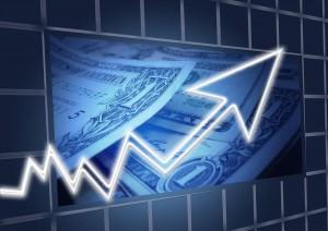 Курс доллара на Московской бирже вырос на 2,35 процента по сравнению с уровнем закрытия предыдущих торгов.