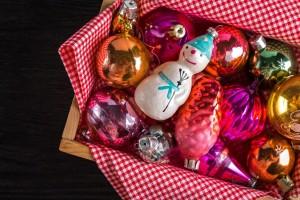 Москвичам всего лишь за 500 рублей помогут снять с новогодней красавицы игрушки и сложить их в коробку.