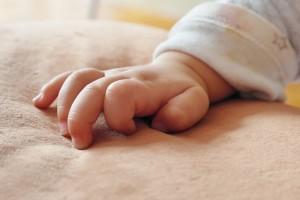 После возращения в сознание малыш постепенно переходит на самостоятельное питание, а также проявляет эмоциональную активность, общается с мамой.