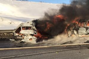 """По имеющимся данным, водитель """"лексуса"""" допустил столкновение с двумя встречными машинами. От удара все три загорелись. Никто не выжил."""