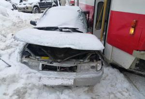 В Самаре легковушка столкнулась с трамваем на ул Аминева Пострадали два человека.