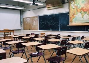 На записи видно, как педагог выбивает предметы из рук школьницы и дает ей пощечину.