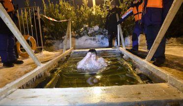 Ночью сотни самарцев приняли участие в традиционных крещенских купаниях. Всего в Самарской области были оборудованы 54 купели