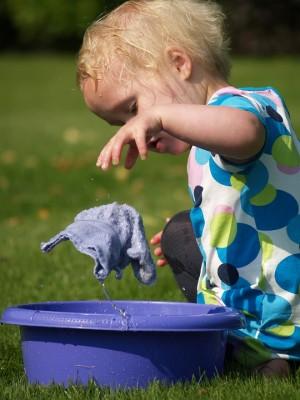 Эксперты уверены, что моющие средства не должны содержать хлора, хлорорганических соединений, фосфатов, фосфонатов. А отдушки и ферменты могут вызывать аллергические реакции.