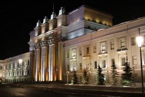 В Самаре возле театра оперы и балета разрешили ежедневно парковаться до 00:00