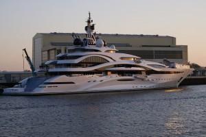Отмечается, что яхта будет оснащена собственным казино, театрами, ресторанами и даже художественными галереями.