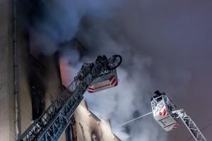 По предварительным данным, возгорание случилось из-за электропроводки. Возбуждено уголовное дело.