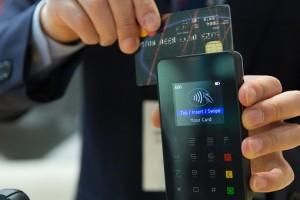 Половина россиян перешла на оплату банковскими картами