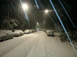 Если обильные осадки застали Вас в личном транспорте на автодороге, перестройтесь на обочину и, не прибегая к экстренному торможению, прекратите движение. Включите аварийные огни и переждите снегопад.