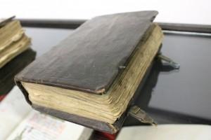 Отмечается, что реликвия обёрнута в кожаный переплёт, имеет золотое тиснение и состоит из 34 страниц.