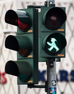С помощью «умных» светофоров, которые установят в 24 городах России, будут бороться с заторами на дорогах.