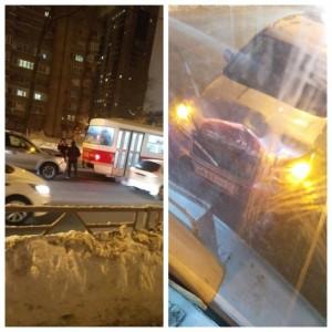 В Самаре трамвай задним ходом врезался в иномарку «Субару» По словам очевидцев состав протащил машину метров пять.