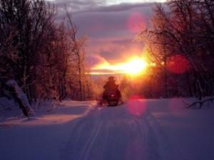 В Самарской области мужчина вышел на лед на помощь сыну и попал в полынью Снегоход сына увяз в снегу.