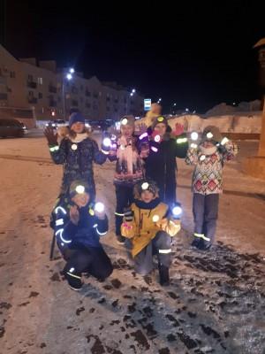 Жители микрорайона Крутые Ключи в Самаре провели флеш-моб «Засветись в темноте!»