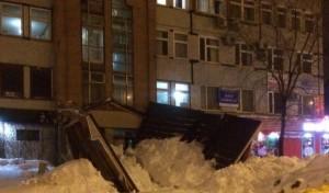 В Тольятти на Коммунистической из-за снегопада обрушился козырёк парадного крыльца