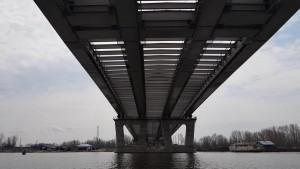 Между береговыми опорами № 1 и № 2, расположенными на правом берегу. Ширина пролетного строения составляет 24 метра, длина – 30 метров.