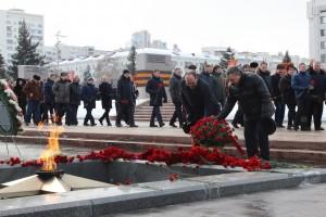 К Вечному огню и горельефу Скорбящей Матери-Родине в Самаре тысячи самарцев возложили цветы: ФОТО
