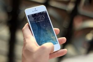Для перевода достаточно знать номер телефона, к которому привязана карта или кошелек. Денежные средства поступают мгновенно.