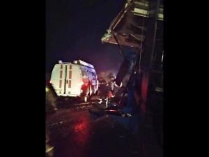 Водитель одного из грузовиков был зажат в кабине автомобиля.