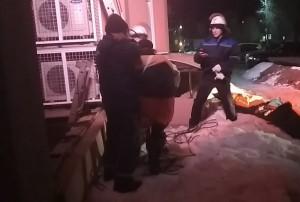 В Сызрани мужчина упал в колодец подвала у многоэтажки Его вызволяли спасатели.