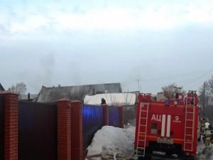 Существовала угроза распространения огня на соседние жилые дома. На ликвидацию пожара привлекались 78 человек и 17 единиц техники.