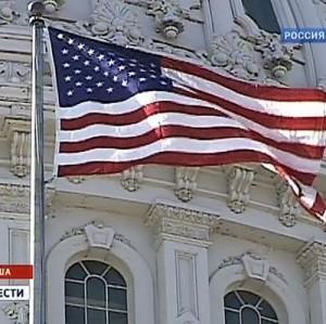 Флаг США снят со здания американского посольства в Каракасе