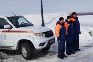 Инспекторы ГИМС и спасатели продолжают патрулирование мест массового выхода людей на лед Волги и предупреждают граждан о реальной опасности провала под лёд в весенний период.
