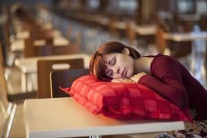 Мир находится в глобальной эпидемии потери сна, поэтому стоило бы разрешить людям делать перерыв в работе на короткий послеобеденный сон.