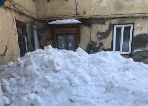 В Самаре, убирая снег с крыши, завалили вход в подъезд дома в Управленческом