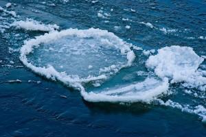 Весной нужно усилить контроль за местами игр детей. Оставаясь без присмотра родителей и старших, забывая меры безопасности, они могут играть на обрывистом берегу, а то и кататься на льдинах водоема.