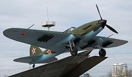 Это связано с тем, что ипподрома в том месте давно нет, зато на кольце стоит самолет Ил-2, автором которого был авиаконструктор Сергей Ильюшин.