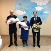 Самарский министр здравоохранения поздравил семью с выпиской двойняшек