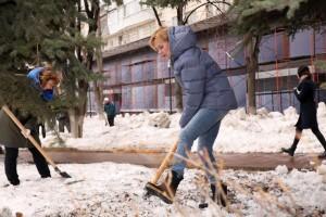 Работы по уборке снега и мусора, очистке фасадов зданий от незаконной рекламы и граффити сегодня проходили во всех районах города.