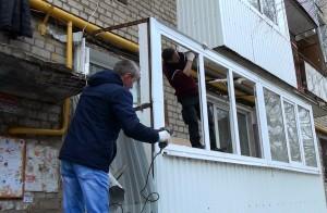 В Самаре снесли самодельный балкон, пристроенный жильцами пятиэтажного дома к первому этажу