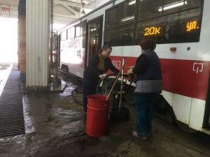 До конца апреля пропылесосят, а также отмоют снаружи и внутри порядка 400 вагонов и 200 троллейбусов.