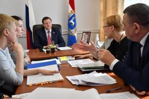 Многие из тех, кто сегодня пришёл на приём к главе региона, ранее обращались к нему в Твиттере и получили личное приглашение от Дмитрия Азарова.