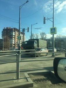 В Самаре у ТЦ «Вертикаль» образовалась пробка из-за аварии с легковушкой и грузовиком
