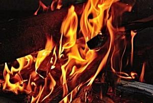 По предварительным данным, погибший мужчина злоупотреблял алкоголем, возгорание могло произойти в результате неосторожного обращения огнем.